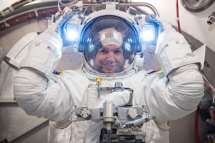 ESA astronaut Alexander Gerst tests a spacesuit at NASA's Johnson Space Center in Houston, USA. This is the first time Alex donned a replica of the Extravehicular Mobility Unit as used on the International Space Station.  Foto: NASA–J. Blair