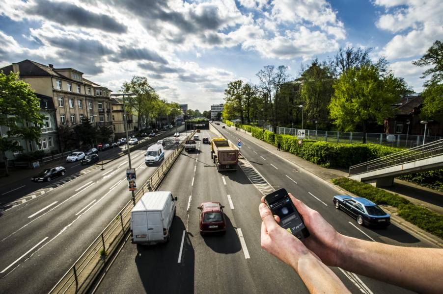 Clean air alongside busy roads? The smartphone fine dust sensor is intended to measure concentration in real time. Photo: Patrick Langer, KIT