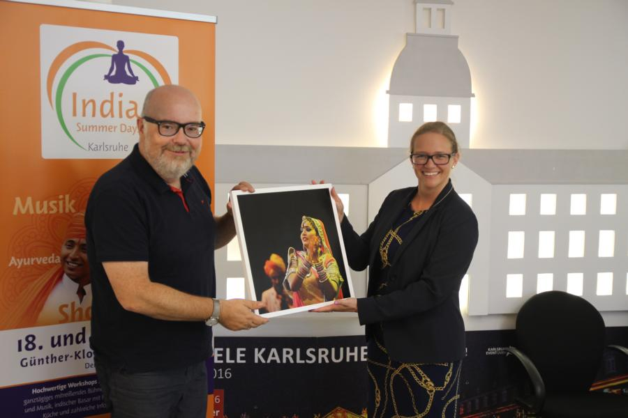As a thank you and reminder, Martin Wacker, Managing Director of Karlsruhe Marketing and Event and Chief Organizer of India Summer Days Karlsruhe, hands Miriam Bruns one of the popular photographs of the India Festival  Photo: www.jowapress.de